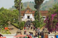 De mensen bezoeken Koninklijk paleis tijdens Lao New Year-vieringen in Luang Prabang, Laos Stock Afbeelding