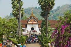De mensen bezoeken Koninklijk paleis tijdens Lao New Year-vieringen in Luang Prabang, Laos Royalty-vrije Stock Fotografie