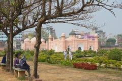 De mensen bezoeken Lalbagh-fort in Dhaka, Bangladesh stock fotografie