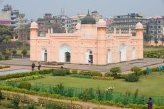 De mensen bezoeken mausoleum van Bibipari in Lalbagh-fort in Dhaka, Bangladesh royalty-vrije stock afbeeldingen