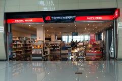 De mensen bezoeken met vrijstelling van rechten winkel in de luchthaven bij avond Stock Foto's
