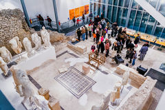 De mensen bezoeken museum dat op plaats van oude Roman tempel in oude stad Narona werd voortgebouwd Royalty-vrije Stock Foto's