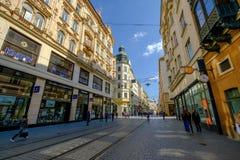 De mensen bezoeken oude stadsstraat Stock Fotografie
