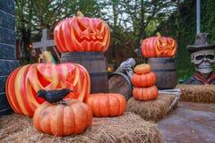 De mensen bezoeken plaatsdecoratie in de stijl en de Zombie van Halloween Stock Foto