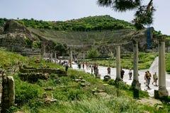 De mensen bezoeken promenade dichtbij amfitheater in Ephesus Ancie Stock Foto