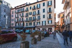 De mensen bezoeken raditional Italiaanse smalle straten met mooie architectuur van steden rond Como-meer Royalty-vrije Stock Afbeelding