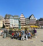 De mensen bezoeken Romerberg (Romerplatz) met oude gebouwen in Frank Royalty-vrije Stock Foto's