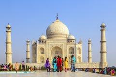 De mensen bezoeken Taj Mahal in Agra, stock afbeeldingen