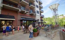 De mensen bezoeken Texas Land en het Vee Steakhouse die in Branson in Missouri van de binnenstad landen stock afbeelding