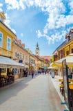 De mensen bezoeken Tkalciceva-Straat Het is een voetdiestreek in Zagreb de stad in met restaurants en koffie wordt gevoerd stock foto