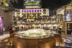 De mensen bezoeken Tsim Sha Tsui, een Erfenis 1881, een Hotel en het Winkelen Stock Foto's