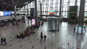 De mensen bezoeken vertrekzaal in internationale Schiphol luchthaven stock videobeelden