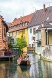 De mensen bezoeken weinig Venetië in Colmar, Frankrijk Stock Foto's