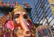 De mensen bidden aan 58 voet hoog Lord Ganesh-idool, in Khairatabad, Hyderabad, India Royalty-vrije Stock Afbeeldingen