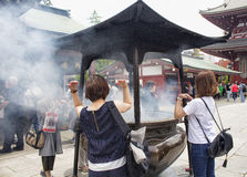 De mensen bidden bij heiligdom Senso -senso-ji Stock Afbeeldingen