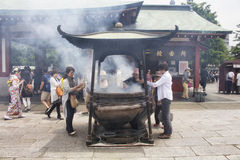 De mensen bidden bij heiligdom Senso -senso-ji Royalty-vrije Stock Foto's