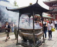 De mensen bidden bij heiligdom Senso -senso-ji Royalty-vrije Stock Foto