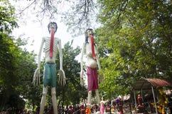 De mensen bidden en bezoeken standbeelden van spook en zombie Preta in pla Stock Afbeeldingen