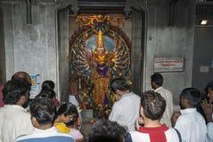 De mensen bidden in Hindoese tempel Stock Foto's
