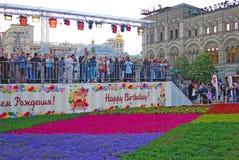 De mensen bij bloemen tonen op het Rode Vierkant Royalty-vrije Stock Fotografie