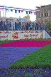 De mensen bij bloemen tonen op het Rode Vierkant Stock Foto's