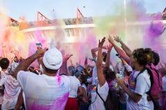 De mensen bij de kleur stellen gebeurtenis in Milaan, Italië in werking Stock Fotografie