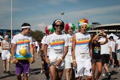 De mensen bij de kleur stellen gebeurtenis in Milaan, Italië in werking Stock Foto