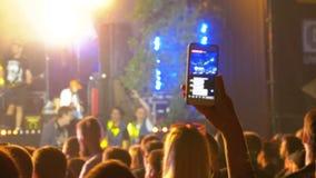 De mensen bij een Rotsoverleg zenden Levend op het Sociale Netwerk uit gebruikend Smartphone stock videobeelden
