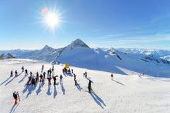 De mensen bij Hintertux-Gletsjer ski?en toevlucht in Zillertal in Tirol royalty-vrije stock afbeelding