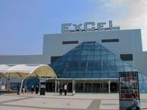 De mensen bij ingang aan internationale tentoonstellingen en de overeenkomst centreren Excel stock fotografie