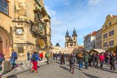 De mensen bij Oud Stadsvierkant, staren Mesto, Tsjechische Republiek Royalty-vrije Stock Foto's