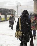 De mensen bij sneeuw stormen Stock Foto