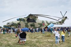 De mensen bij de tentoonstelling, overwegen Russische vervoerhelikopter mi-26 Stock Foto