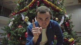 De mensen binnen in Kerstmisdag worden bedreigd schuddend met een vinger stock footage