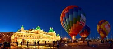 De mensen blazen een reusachtige ballon met een basketpeoplestijging in de lucht op van de ballon royalty-vrije stock fotografie