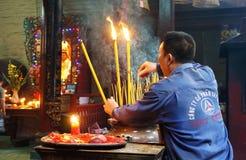 De mensen branden wierook bij oude tempel Stock Foto's
