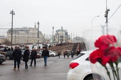 De mensen brengen bloemen aan de plaats van de moord van politicus Boris Nemtsov royalty-vrije stock foto