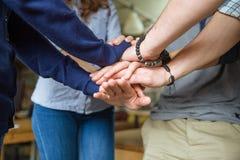 De mensen brengen hun handen samen royalty-vrije stock afbeelding