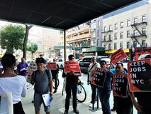 De mensen buiten B&H-Foto slaan in Manhattan met tekens op houden banen in NYC in de handen protesterend met uniesteun royalty-vrije stock foto