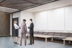 De mensen in bureau lobbyen het bespreken van het werkmateriaal Royalty-vrije Stock Fotografie