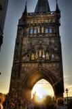 De mensen in Charles overbruggen in Praag tijdens een mooie fotomotie blured op een lang beeld van blootstellingshdr Royalty-vrije Stock Fotografie