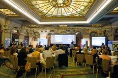 De mensen in conferentie centreren royalty-vrije stock afbeeldingen