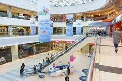 De mensen dalen op de roltrap van de hogere vloeren van het nieuwe het winkelen en vermaakcentrum Moremoll Stock Foto