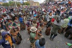 De mensen dansen in het belangrijkste vierkant in Cotacachi Ecuador Stock Foto