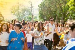 De mensen dansen op de dag van het festival royalty-vrije stock afbeeldingen