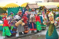 De mensen dansen op de straat De viering van Shrovetide in Moskou Stock Foto