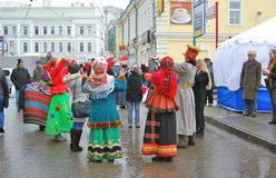 De mensen dansen op de straat De viering van Shrovetide in Moskou Royalty-vrije Stock Afbeelding
