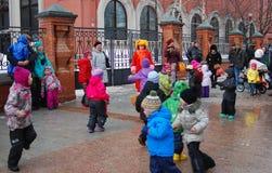 De mensen dansen op de straat De viering van Shrovetide in Moskou Stock Afbeeldingen