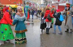 De mensen dansen op de straat De viering van Shrovetide in Moskou Stock Fotografie
