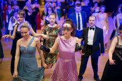 De mensen dansen op kostuumpartij Stock Foto